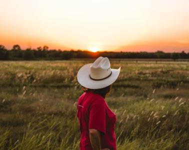 Unterwegs in South Dakota: Cowgirl blickt in die Landschaft