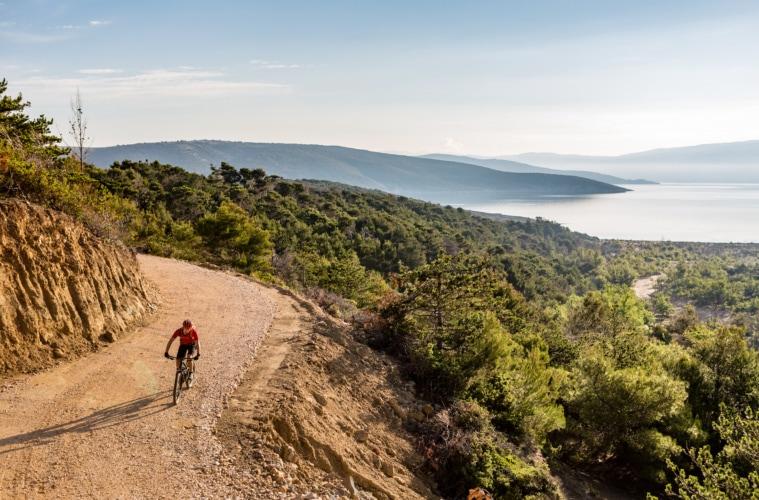 Mountainbiker auf Küstenstraße in Kroatien