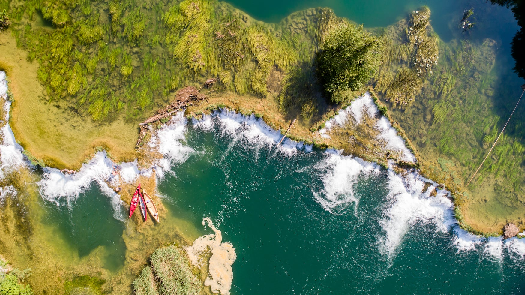 Bei einem Aktivurlaub in Kroatien gehört eine Kanutour über den Mreznica-Fluss dazu