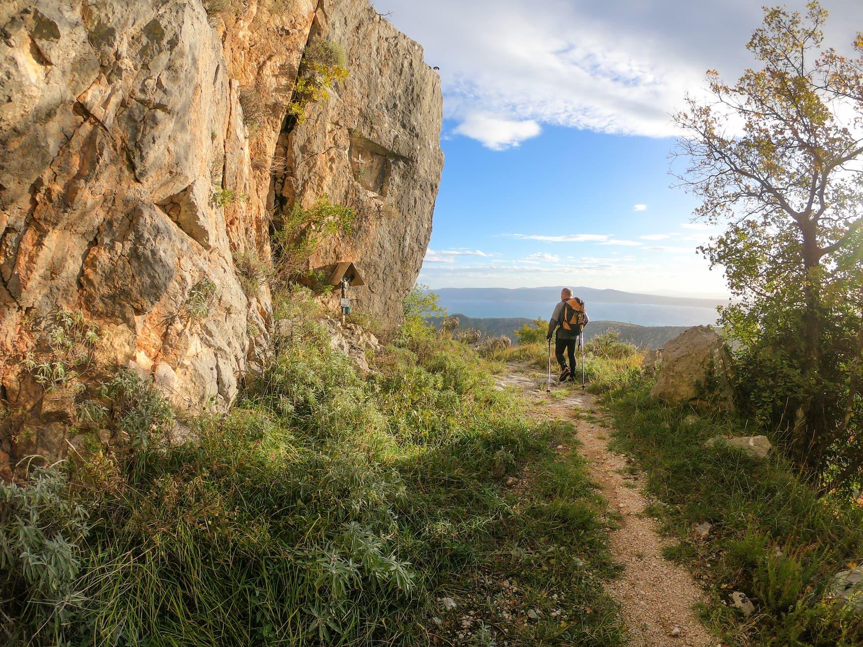 Mann wandert durch den Nationalpark Nördlicher Verleibt in Kroatien
