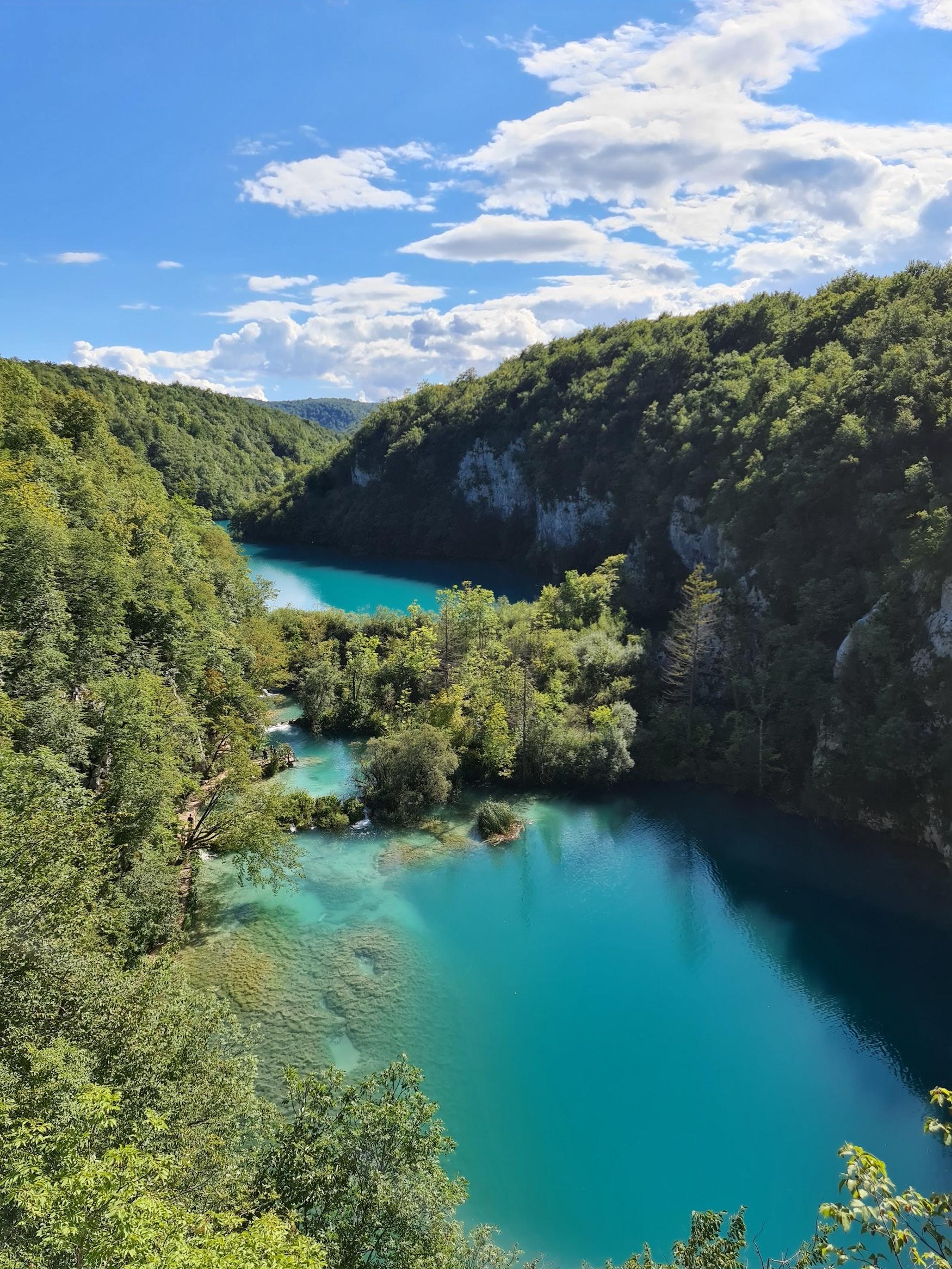 Aussicht auf türkisfarbenen Fluss im Plitvice Nationalpark