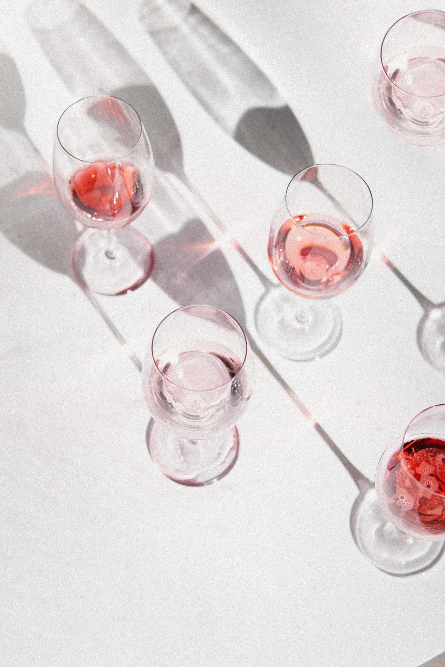 Weingläser gefüllt mit Rosé-Wein