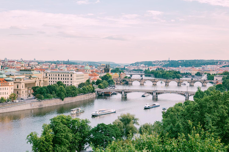 Blick auf die Karlsbrücke in Prag