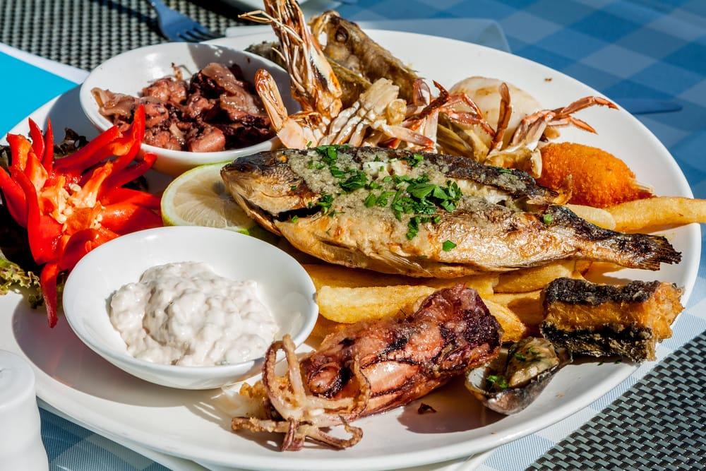 Zypriotische Küche: große Fischplatte
