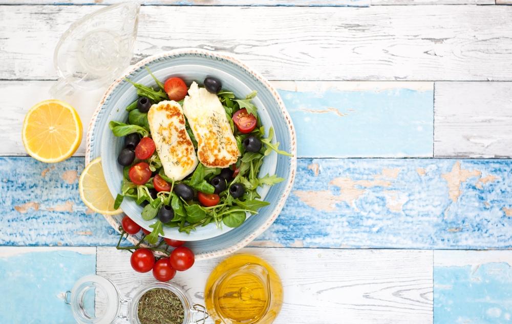 Halloumi-Käse mit Salat