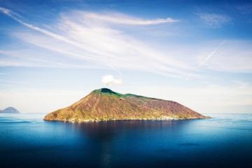 Blick auf die Insel Salina vom Meer raus