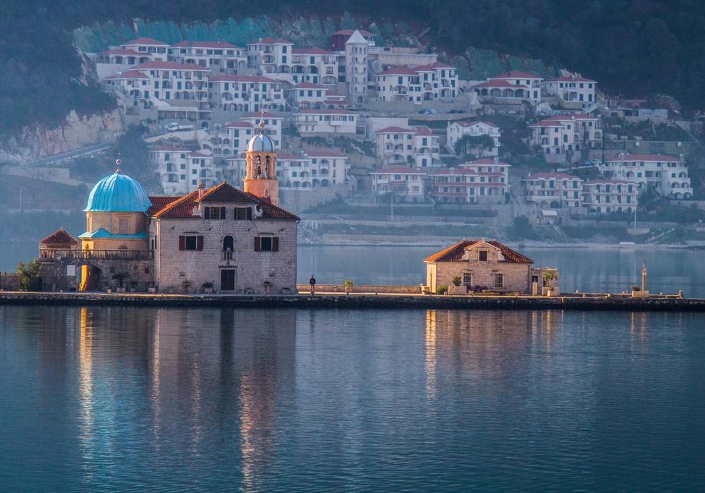 Urlaub in Montenegro: Blick auf die Kirche Gospa