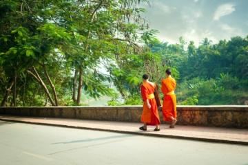 Mönche auf Straße in Laos