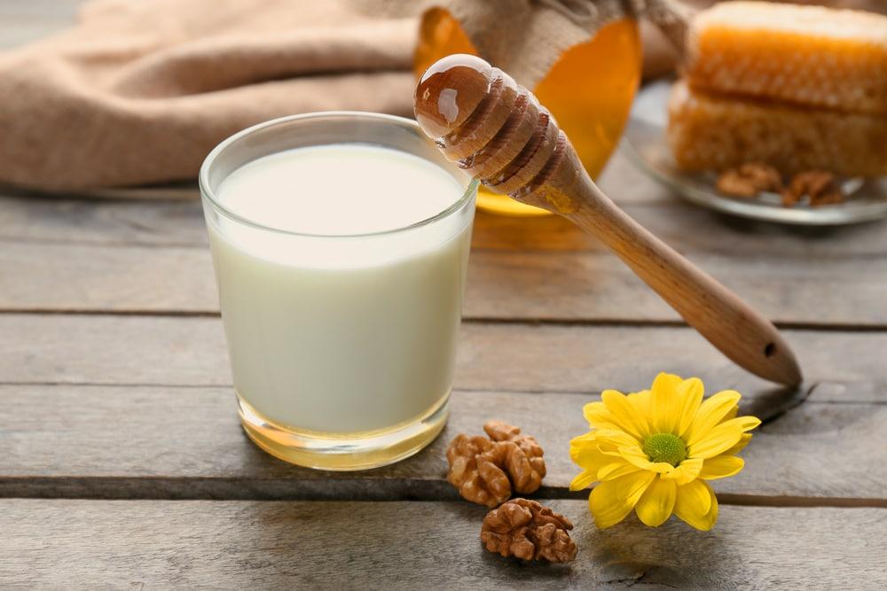 Hausmittel gegen Urlaubskrankheiten: heiße Milch mit Honig