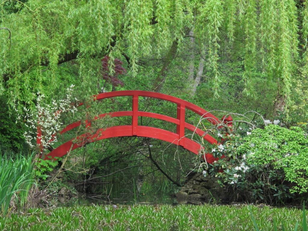 Rote Brücke im Schloss Dennenlohe von Baron Robert von Süsskind