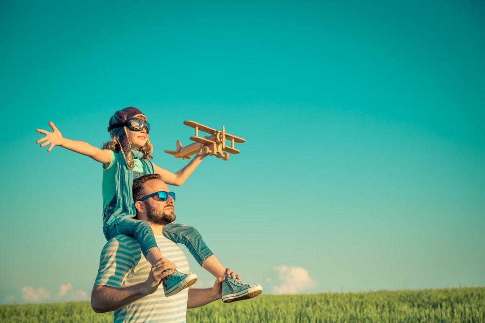 Vater und Tochter auf Schulter auf einer Wiese