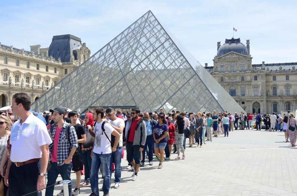 Warteschlange vor dem Louvre in Paris