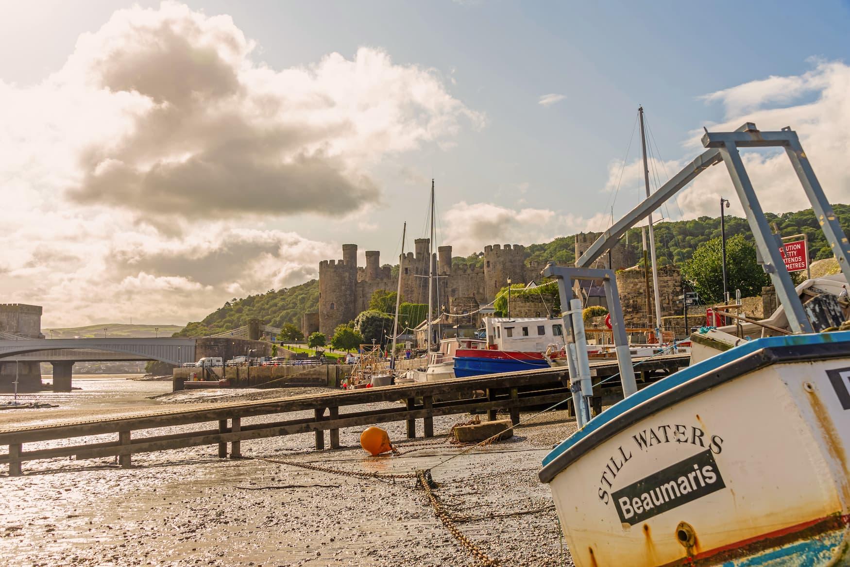 Hafen in Cowy, Wales mit einem der Schlösser im Hintergrund