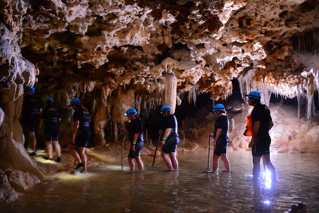 Besucher erkunden das unterirdische Flusssystem des Río Secreto