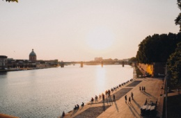 Flussufer in Toulouse bei Sonnenuntergang, eine der Sehenswürdigkeiten der Stadt