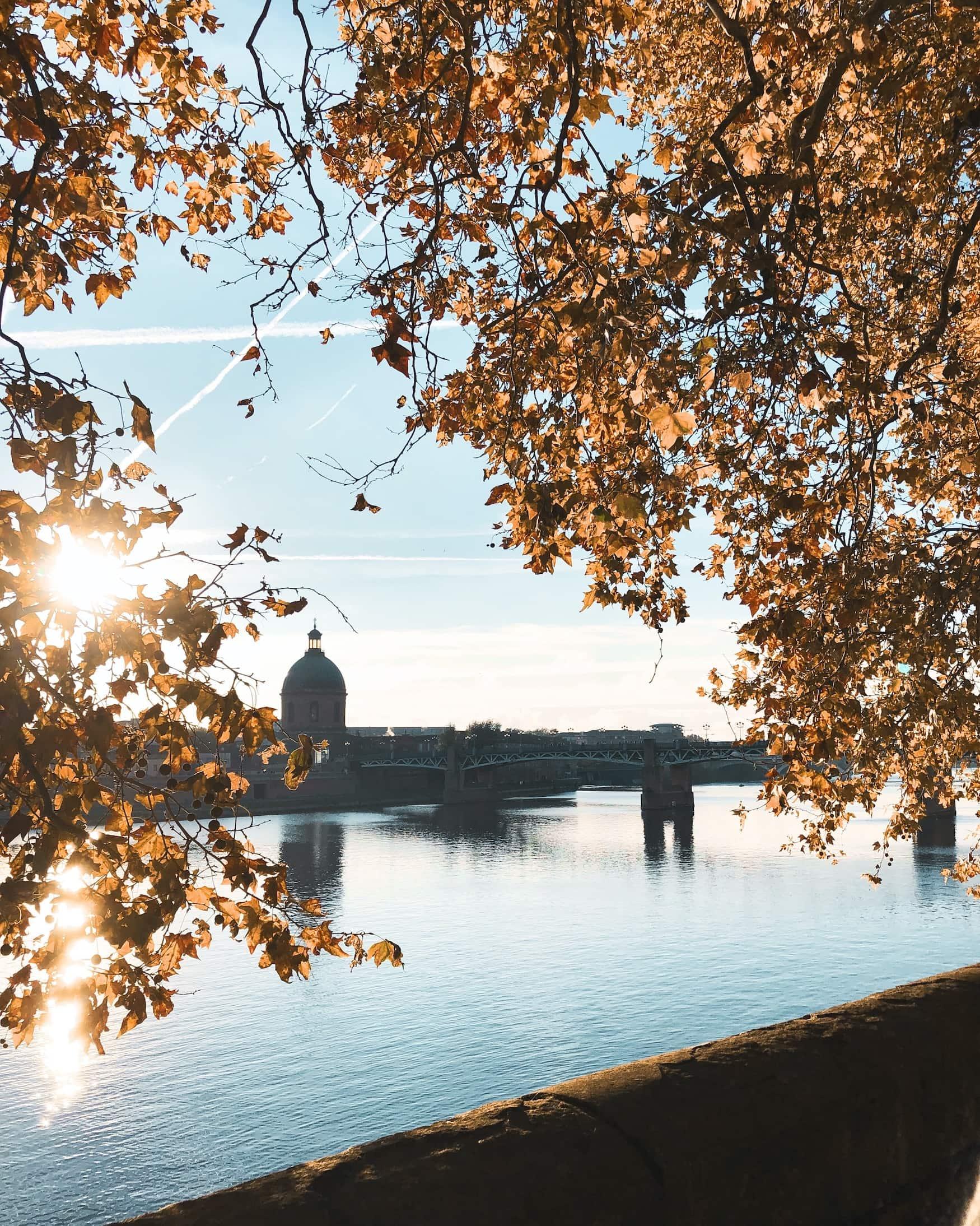 Blick auf das Ufer der Garonne in Toulouse, ein Spaziergang gehört zu den Sehenswürdigkeiten der Stadt