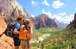 Sparpotential bei Rundreisen: Touristen im Nationalpark Zion