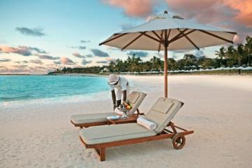 Strand mit Liege und Butler im The Residence Mauritius