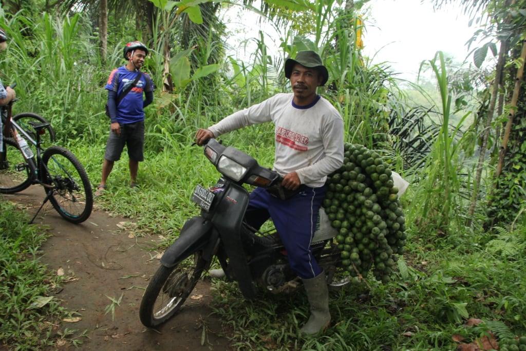 Einwohner Balis auf Mofa