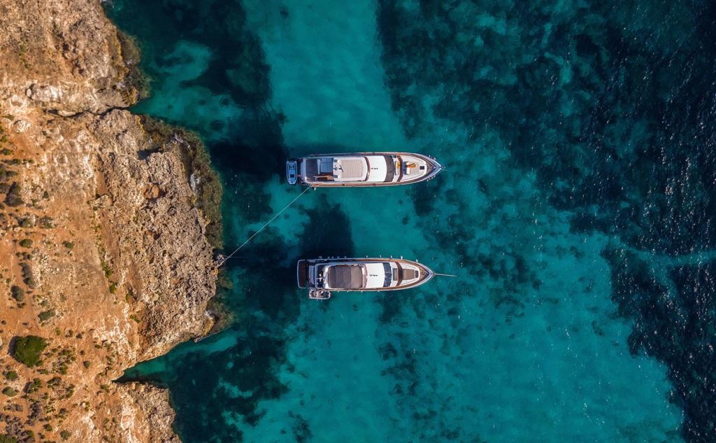 Insel comino - gehört zu Malta- von oben betrachtet mit zwei Yachten vor Anker