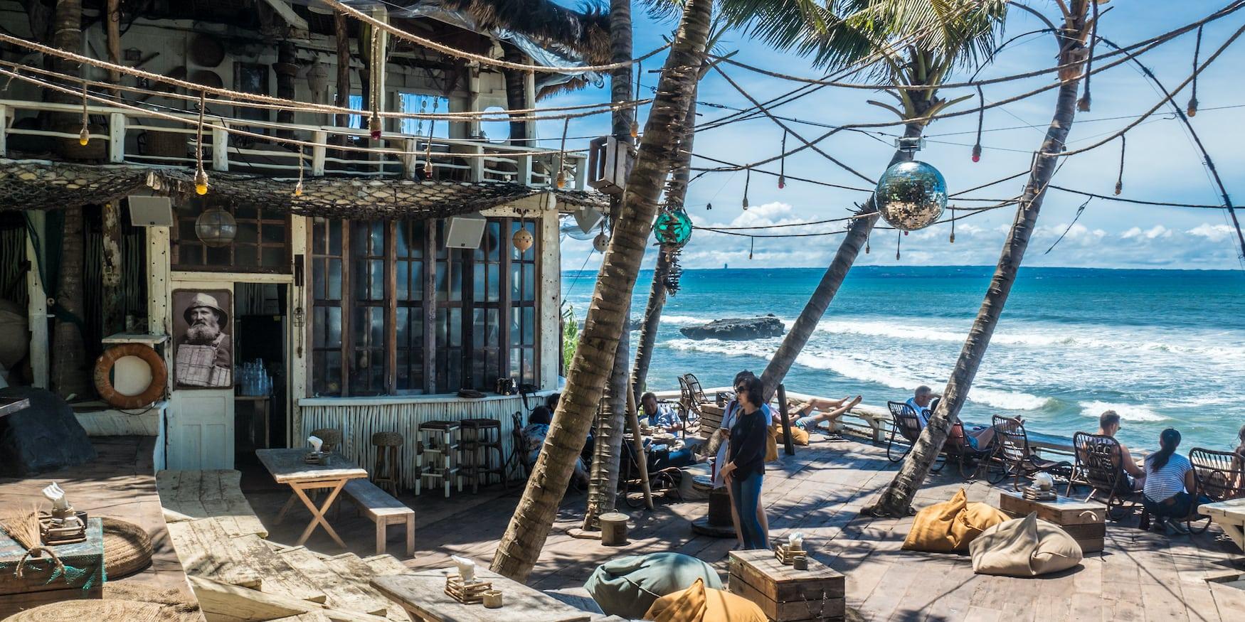 Strandbar am Strand von Seminyak auf Bali, Indonesien