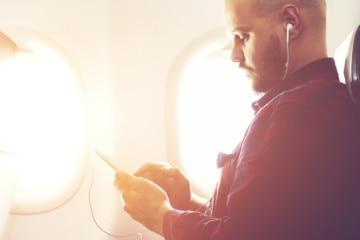 Was W-Lan im Flugzeug kostet: Mann mit Handy im Flieger