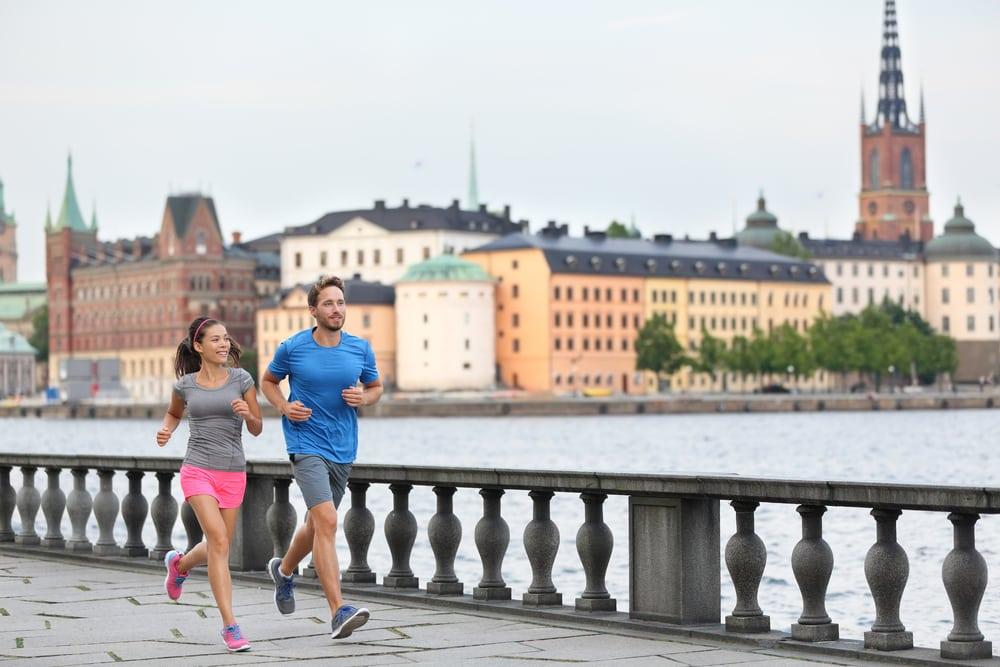 Mann und Frau joggen gemeinsam durch Stockholm