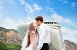 Heiraten auf dem Schiff: Paar im Hafen