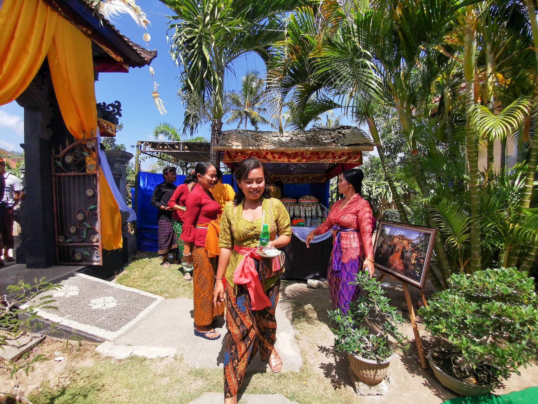 Frauen in traditionellen Gewändern auf einer Hochzeit auf Bali