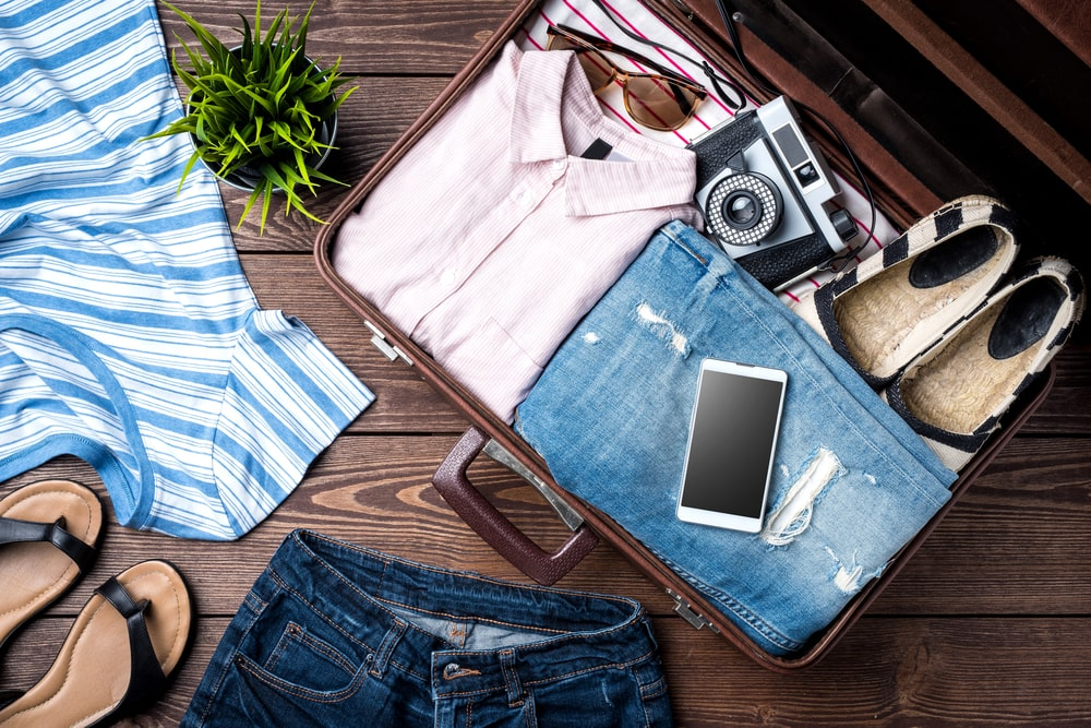 Reisevorbereitung: gepackter Koffer