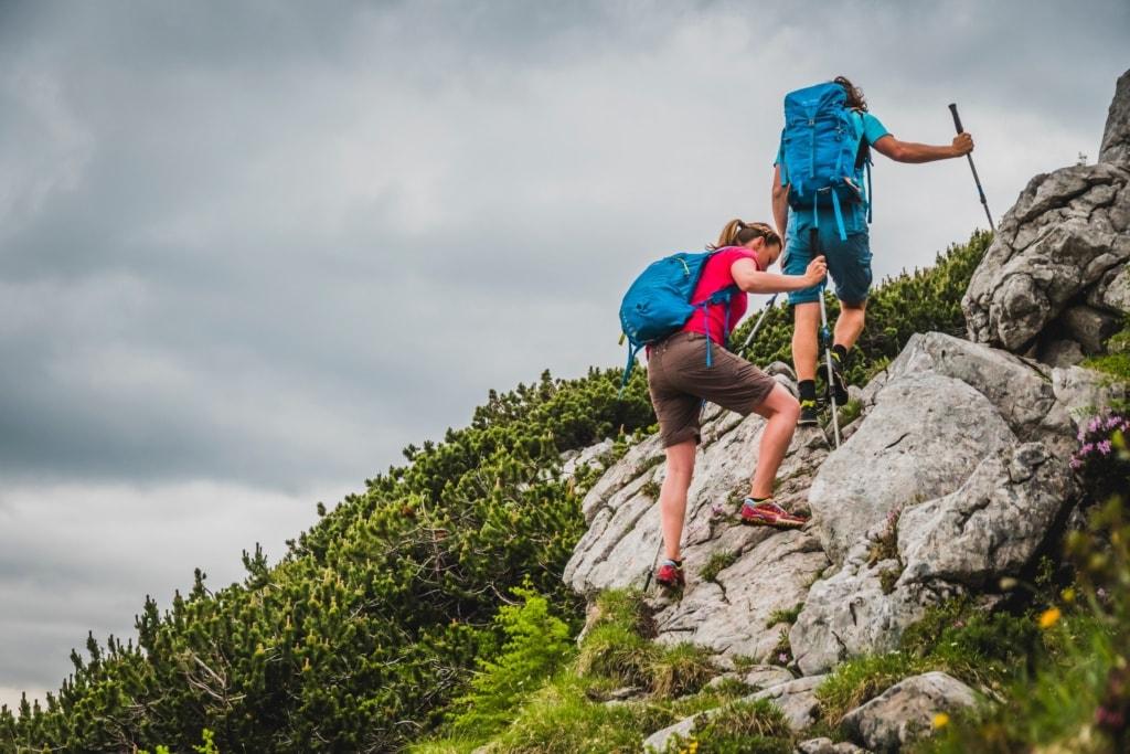 Schöne Wanderrouten: Paar am Fels am Watzmann