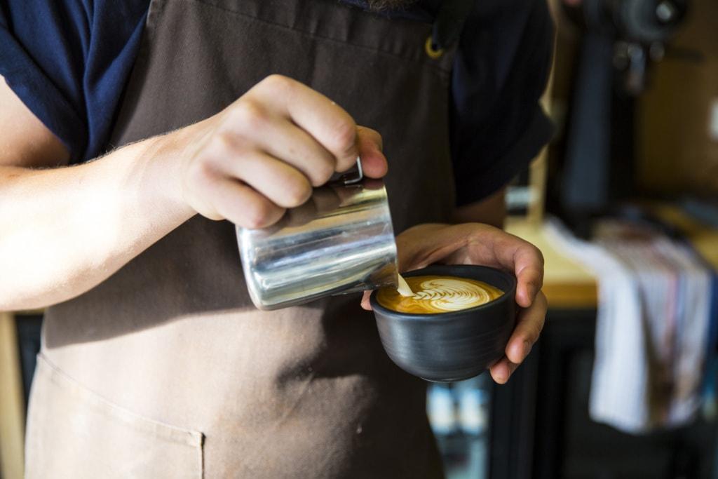 Kaffeezubereitung im Industry Beans in Melbourne