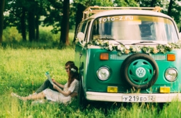 Camper-Paar mit VW Retro-Bus