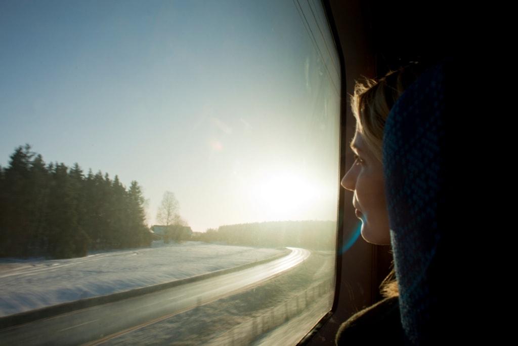 Zugfahrerin blickt aus dem Fenster