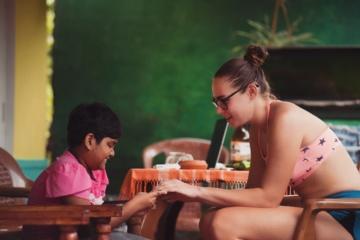 Touristin mit einheimischen Kind in Asien