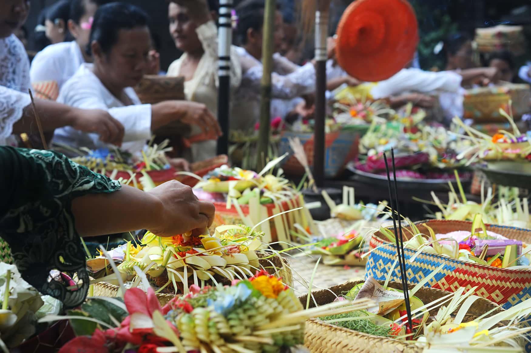 Traditionelle balinesische Gestecke dienen als Gaben