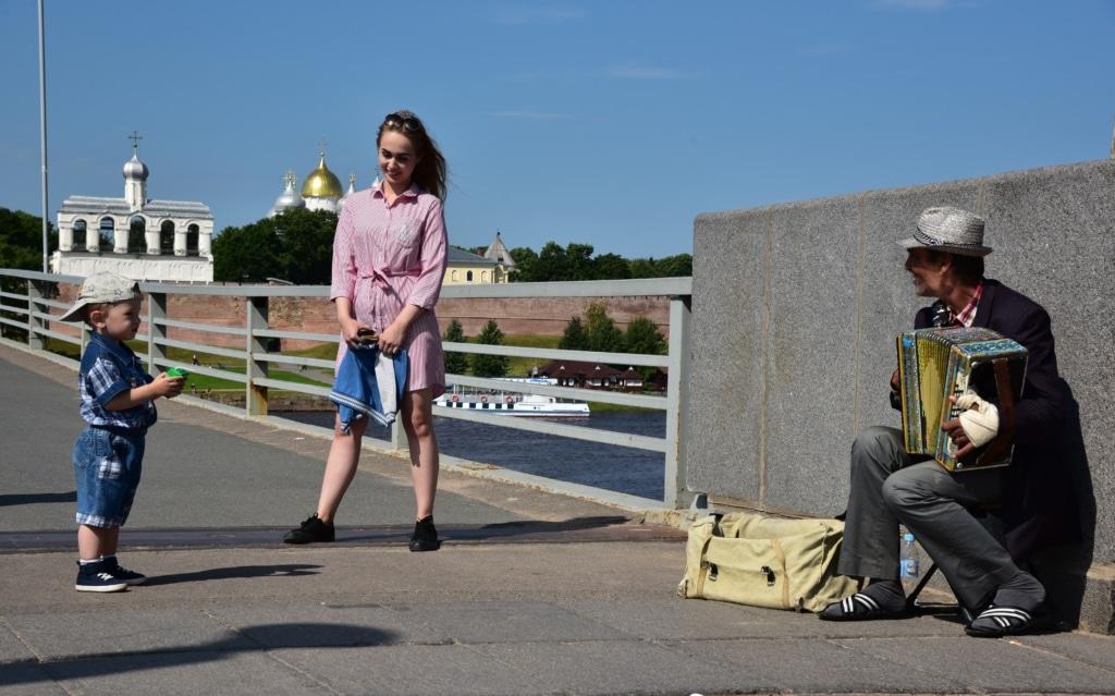 Akkordeonspieler auf der Kremlbrücke in Weliki Nowgorod - Russland