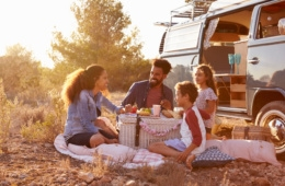 Familie beim Camping-Picknick