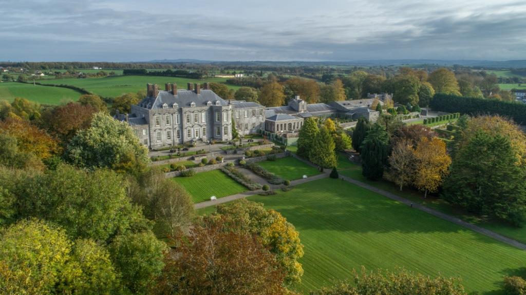 Im Durrow Castle finden regelmäßig Hochzeiten statt, wer möchte, kann aber auch einfach in einem der 46 Schlafgemächer nächtigen.