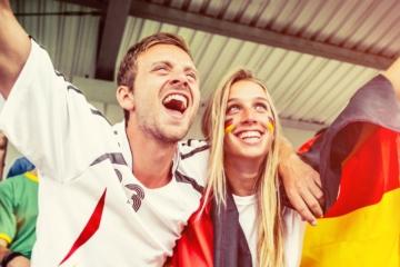 Fußball-WM im Urlaub: Mann und Frau beim Jubel