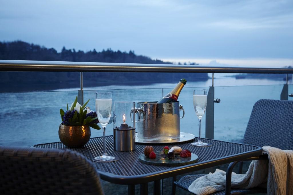 Das Ice House Hotel in Irland liegt direkt am Fluss - auch der Freiluft-Spa.