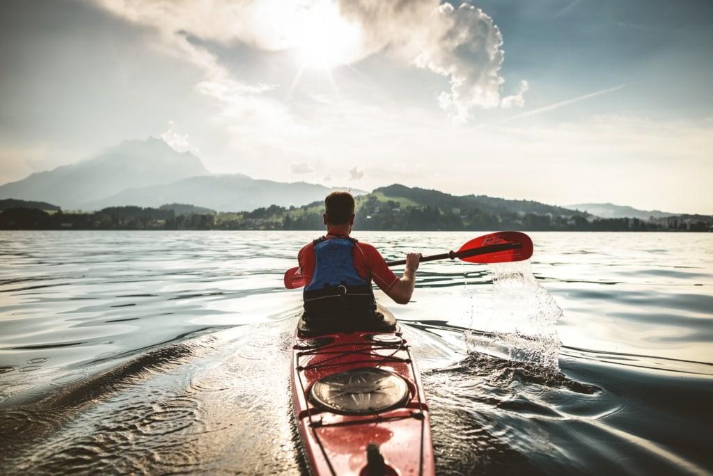Canoeing auf dem Vierwaldstaettersee zur abendlichen Stimmung.