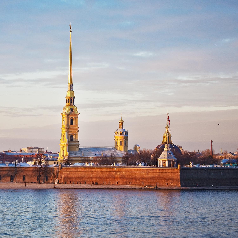 Die Peter-Paul-Kathedrale in Sankt Petersburg bei Dämmerung