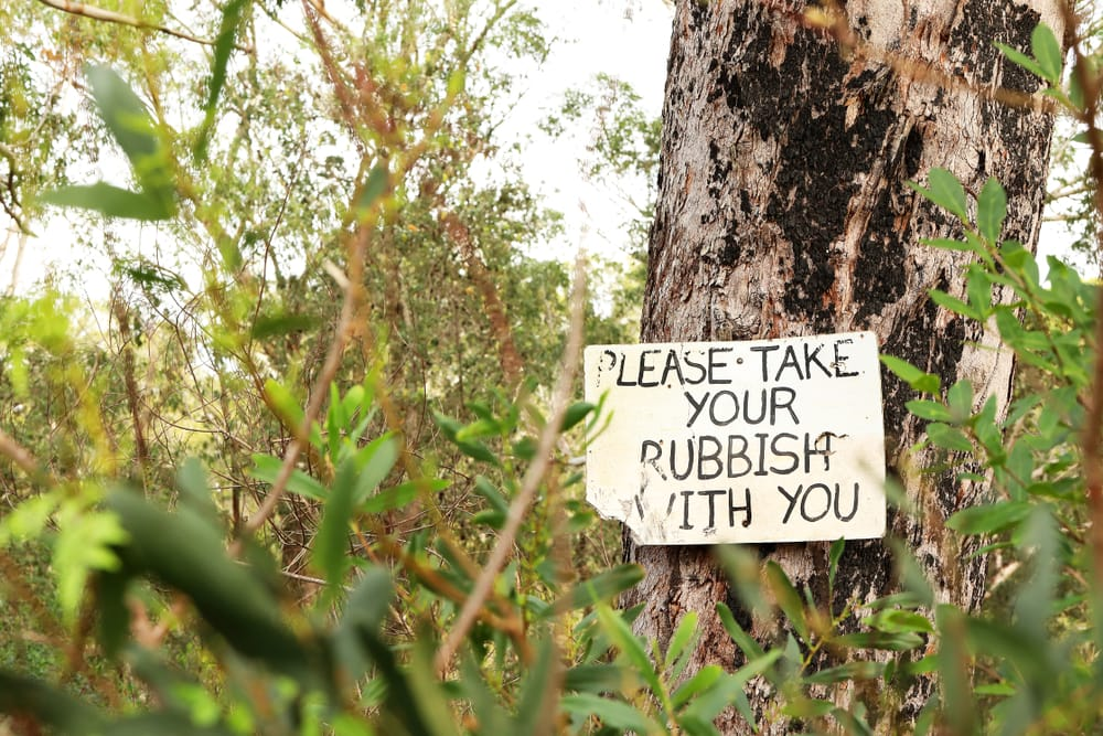 Müllhinweis in der Natur