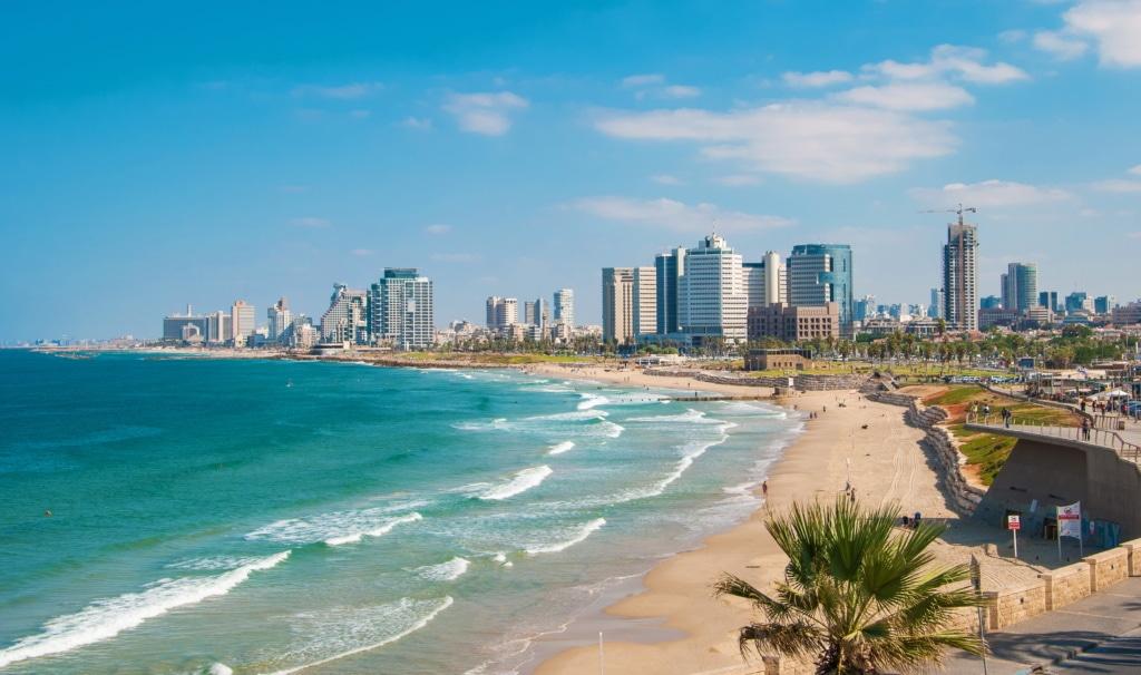 Tel Aviv liegt direkt am schönen langen Sanstrand, an dem abends oft Beach Parties stattfinden.