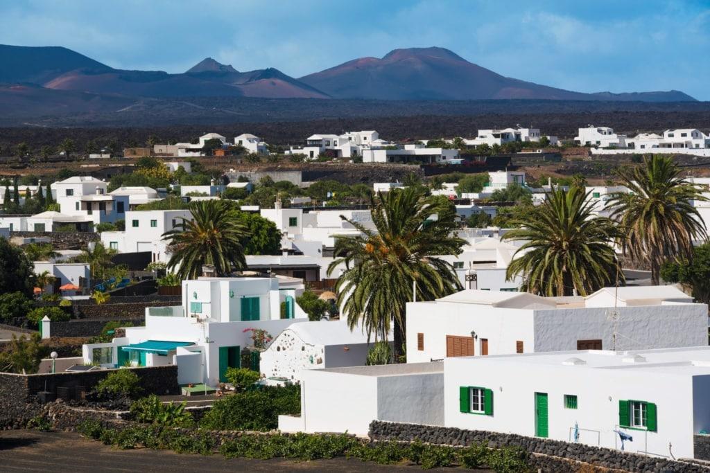 Lanzarotes schönste Dörfer: das Dorf Yaiza zwischen der Bergkette Los Ajaches und den Vulkanen des Timanfaya-Gebirges auf Lanzarote.