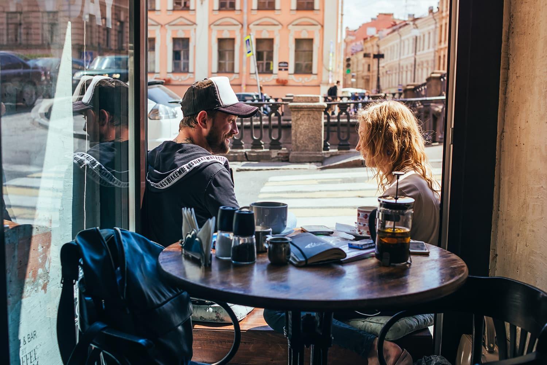 Mann und Frau unterhalten sich in kleinem Café in Sankt Petersburg