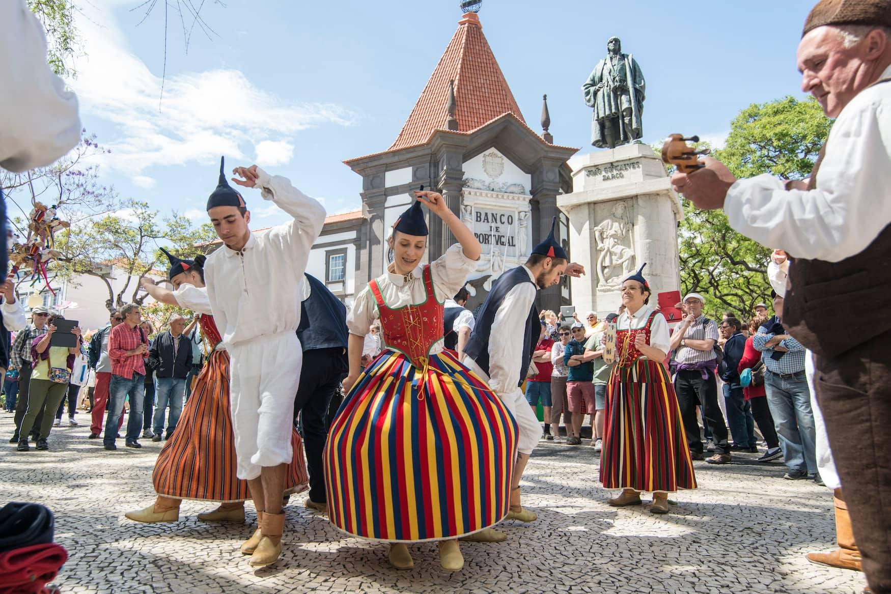Landestypische Volksgruppe auf dem Blumenfestival in Funchal