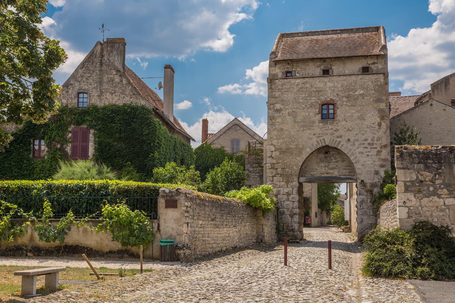 Charroux ist ein schönes mittelalterliches Dorf in der Auvergne in Frankreich
