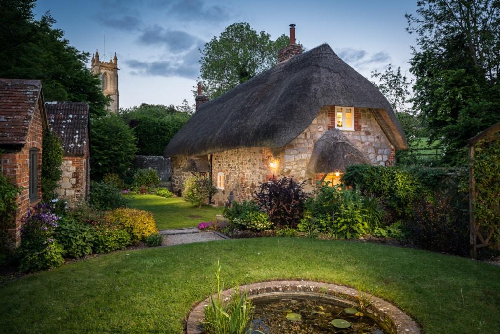 Das Fairie Door Cottage liegt zauberhaft im Grünen.